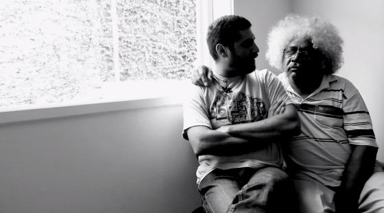 Criolo fala sobre desigualdade social e problemas periférico em entrevista ao lado do pai