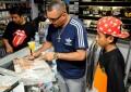 Dexter recebe centenas de fãs em tarde de autógrafos na Gringos Record's