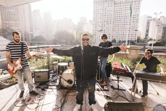 Com banda, Ogi lança duas músicas para a série Stripped Sessions da Red Bull
