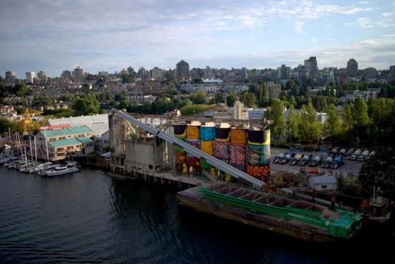 Obra gigantesca do OSGEMEOS em 360° enche os olhos de quem passa por Vancouver