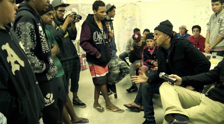 Mano Brown e Negredo visitam ocupação da Fábrica de Cultura do Capão Redondo