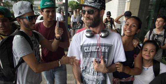 Integrante da Cone Crew Diretoria é detido pela PM em cima do palco durante show