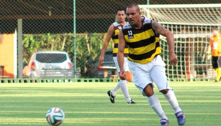 Dexter participa de futebol solidário em Itajaí