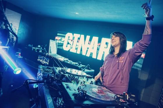 A paulistana Cinara vence primeira fase na maior batalha de DJs do mundo, no Azerbaijão