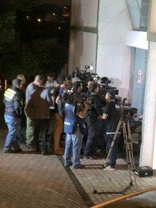 Um batalhão de repórteres na porta da delegacia, para ver o Mano Brown, preso por desacato.